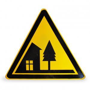 前方村庄警告指示牌